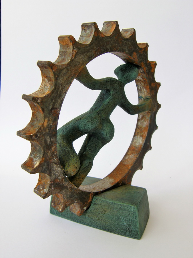 IRENA PODVORAC - U kotaču dužničkog ropstva, 2017., kombinirana tehnika: željezo, terracotta, gips, akril, 18,5x18x10cm