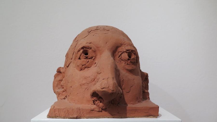 Glava koja izranja, 1996.; terakota